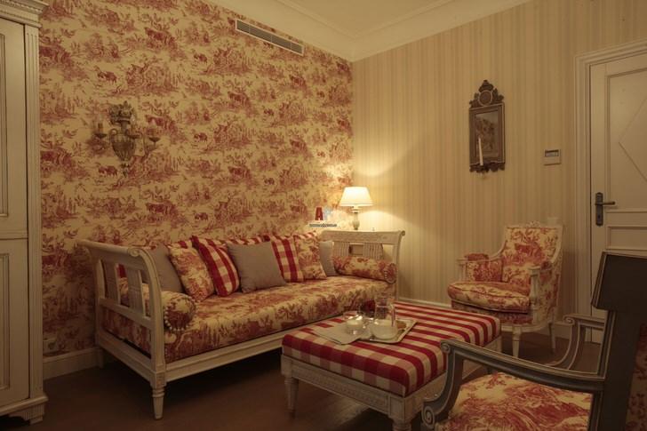 Несмотря на тягу к роскоши, стиль ампир тоже может быть достаточно уютным. Мягкая, стильная мебель создает в комнате теплую, располагающую к отдыху атмосферу.