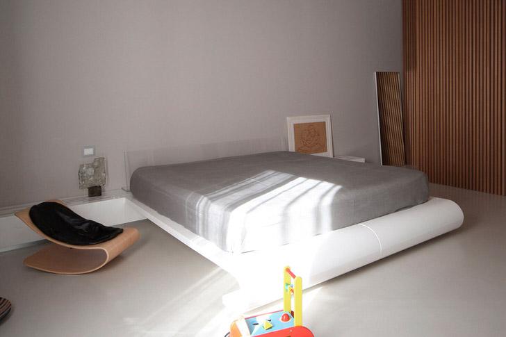 Детская комната в стиле минимализм с большой кроватью - интересное решение для семьи с двумя детьми.