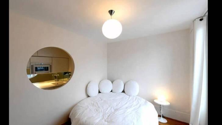 Пустота в стене овальной формы делает небольшую квартиру роскошной студией.