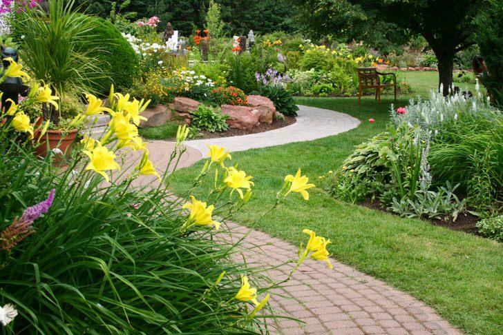 Большой сад в Подмосковье оформлен в деревенском стиле. Простота и элегантность гармонично объединились в едином ландшафте.