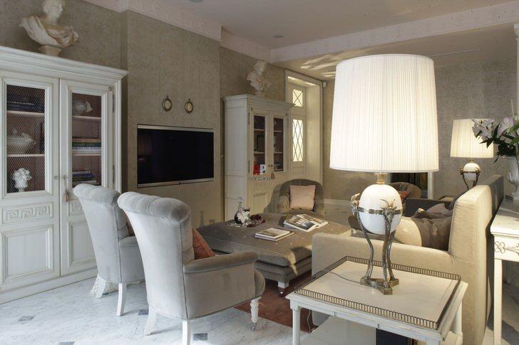 Гостиная в стиле ампир обставлена соответствующей мебелью. Правильно подобранные декоративные элементы делают общую картину завершенной и цельной.