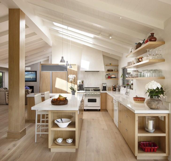 Кухня на мансардном этаже организована в соответствии с требованиями скандинавского стиля. Необычное расположение окон отличный доступ дневному свету.