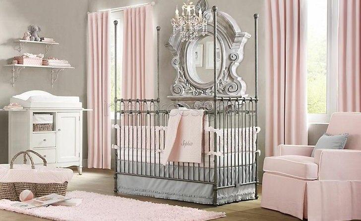 Комната в стиле минимализм для младенца. В интерьере прослеживаются отголоски барокко стиля, который гармонично вписывается в общую дизайнерскую концепцию.