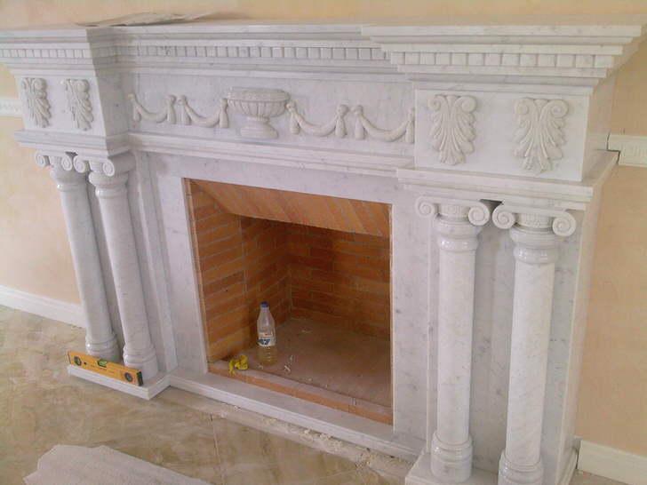 Лепнина из гипса является наиболее используемым вариантом. Прочный и практичный материал создает декор на века.