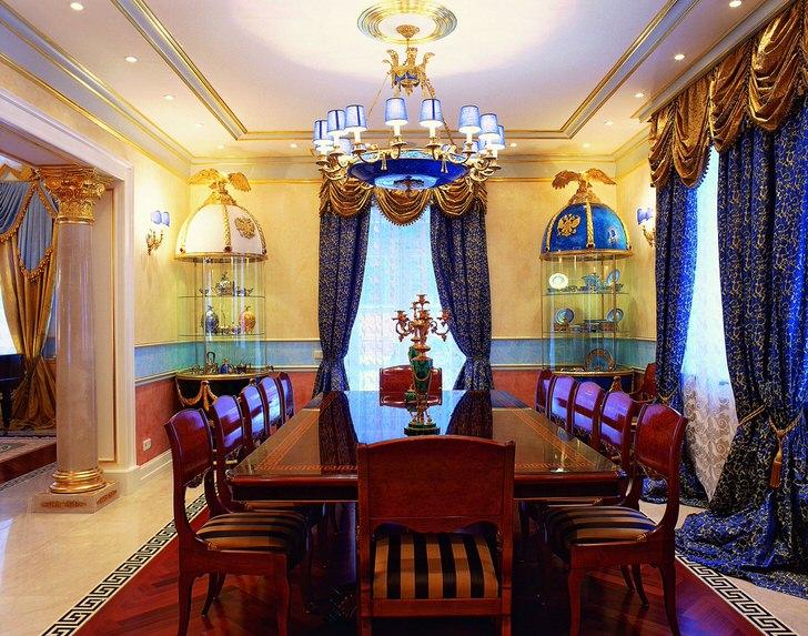 Гарнитур для столовой в стиле ампир изготовлен из натурального дерева. Обивка на стульях из клетчатой ткани гармонирует с общей цветовой гаммой интерьера.