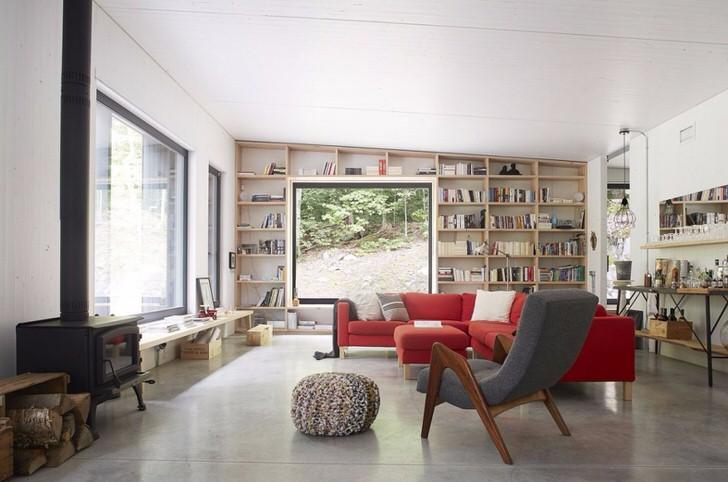 Просторная гостевая комната в загородном доме отапливается небольшой чугунной печью-камином длительного горения, которая изящно смотрится в общей картине интерьера.