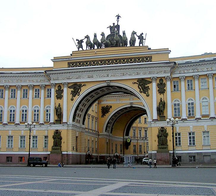 Грандиозные архитектурные творения в стиле русский ампир трепетно сохраняются из года в год.