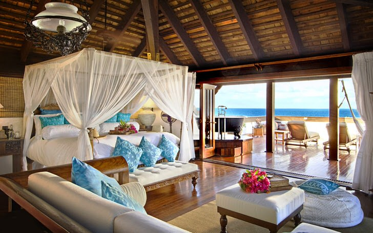 Кровать с балдахином в доме на берегу Сицилии.