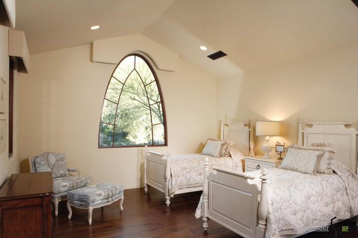 Спальня на мансардном этаже оформлена в средиземноморском стиле.