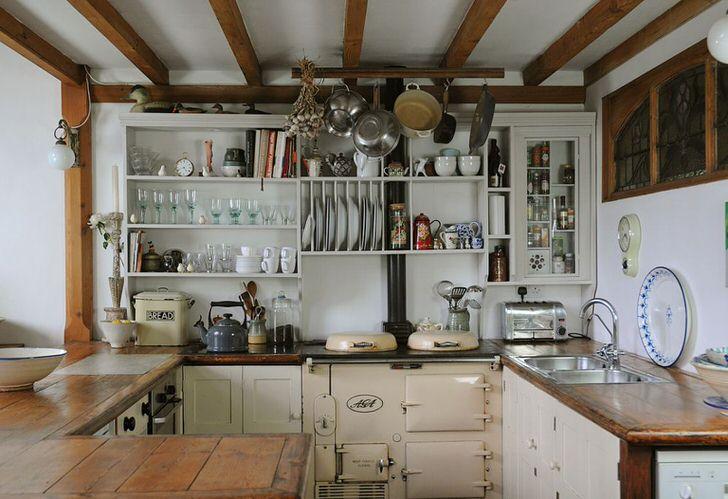 Главной особенностью английского стиля на кухне становится изобилие открытых полочек. Функциональное решение для организации полезного пространства.
