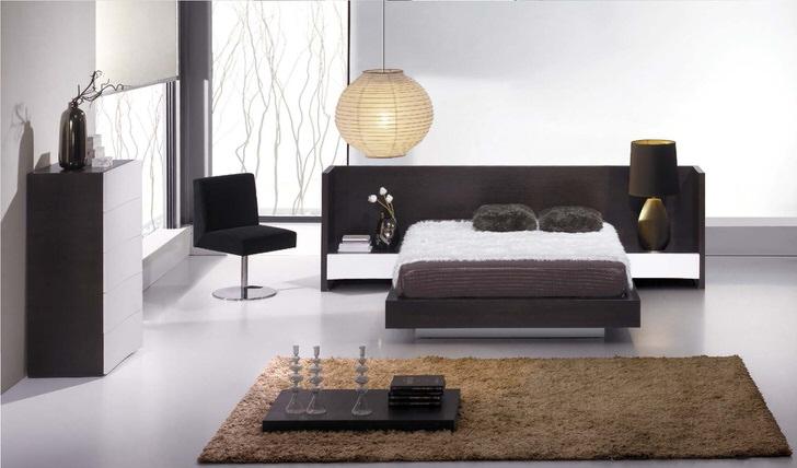 Спальня в минималистическом стиле примечательна правильно подобранной мебелью венге.
