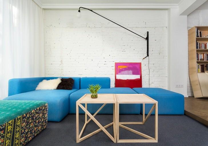 Необычное решение для скандинавского стиля - мягкая мебель насыщенного голубого цвета