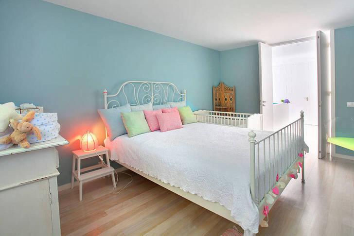Спальня девочки-подростка в средиземноморском стиле в загородном доме во Франции.