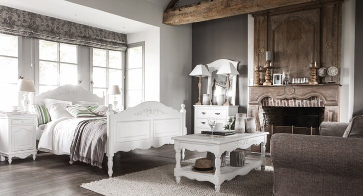 Спальня в стиле шале в загородном особняке, как пример правильной планировки и верно подобранной мебели.