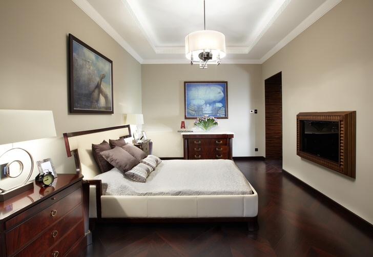 Интерьер спальни оформлен в светлых тонах. Мебель цвета венге и элементы декоративной отделки становятся яркими акцентами.