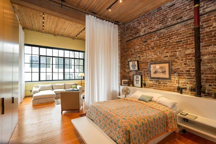 Квартира-студия в стиле лофт с верно подобранным освещением в центре Нью-Йорка.