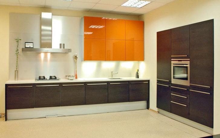 Цвет венге органично сочетается с оттенками оранжевого. Подобная цветовая гамма делает интерьер теплым и уютным.
