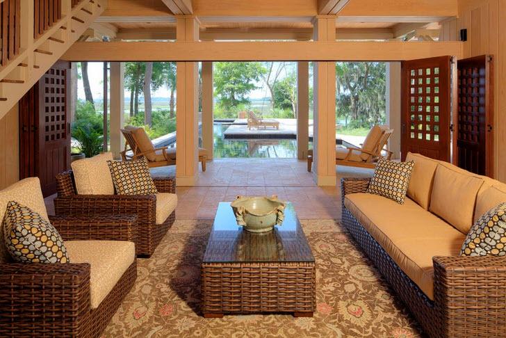 Плетеная мебель украшена мягкими цветными подушками.