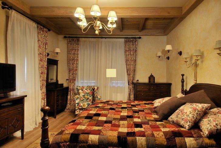 Спальня в стиле шале оформлена в красочных тонах. Одеяло ручной работы делает интерьер уникальным и неповторимым.