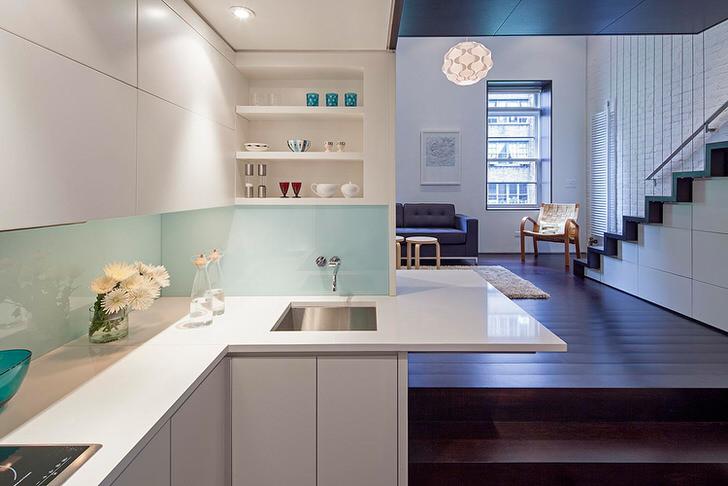 Двухъярусная квартира-студия общей площадью 40 кв м оформлена в стиле минимализм.