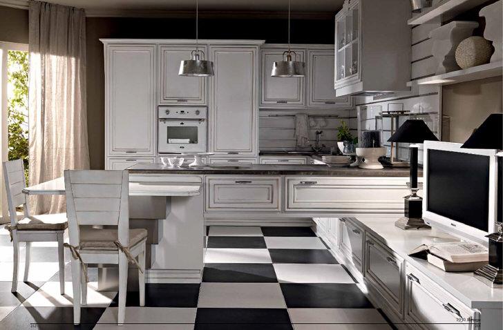 Белоснежная кухня в стиле неоклассика примечательна полом из керамической плитка, имитирующая шахматную доску.