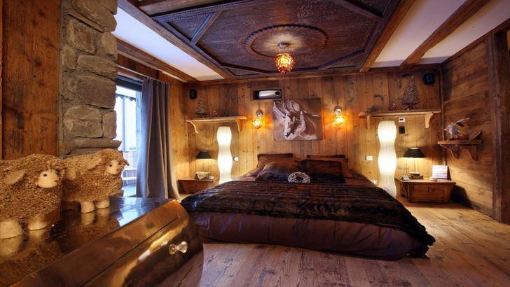 """Роскошная спальня в стиле шале позволяет расслабиться в """"объятиях"""" дикой природы. Для отделки максимально используются натуральные материалы."""