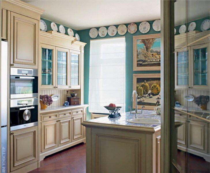 Внимание притягивает необычная отделка кухни в английском стиле. Тарелки с росписью по периметру потолка делают обстановку уникальной.