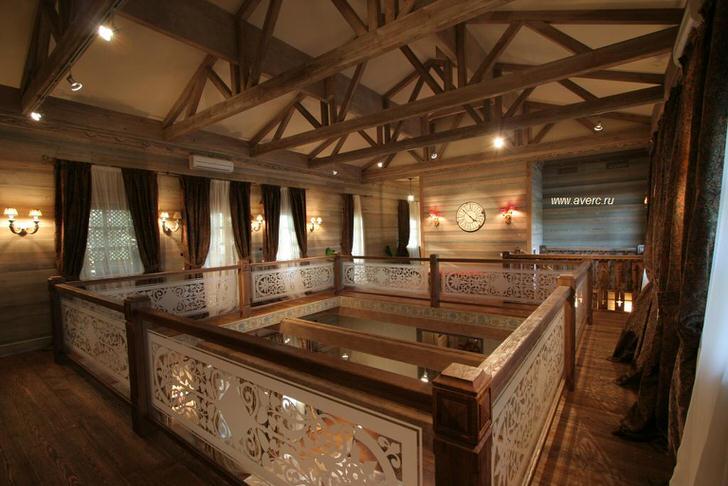Холл на втором этаже деревянного дома в стиле шале.