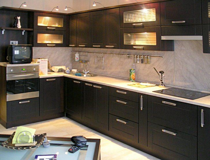 Пример грамотного освещения для кухни в стиле венге.