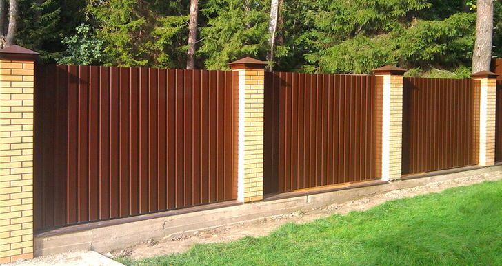 Модульный забор вокруг охотничьего домика в лесу.
