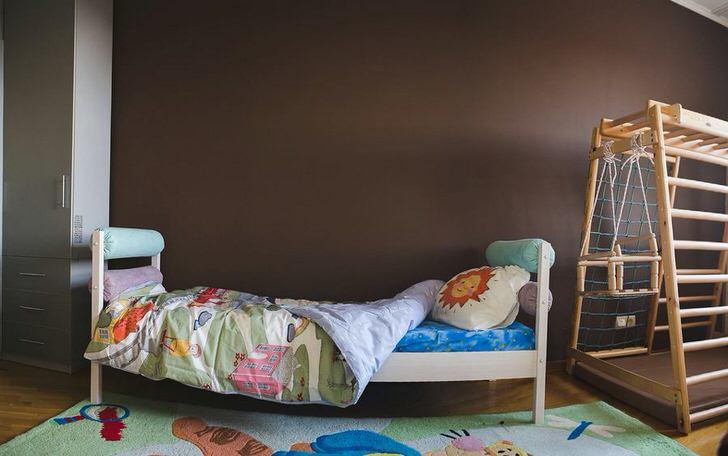 Лаконичное оформление небольшой детской комнаты в скандинавском стиле предусматривает угол для активных игр.