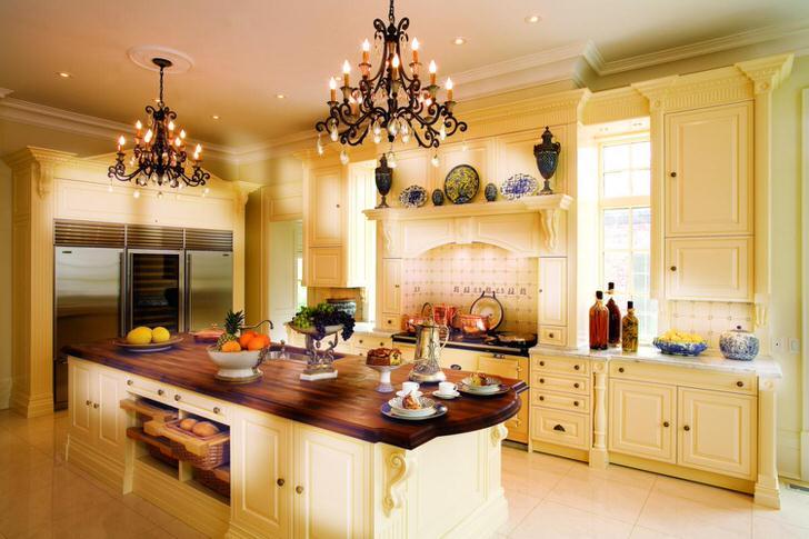 Стильный гарнитур благородного персикового оттенка отлично подходит для оформления кухни в английском стиле.