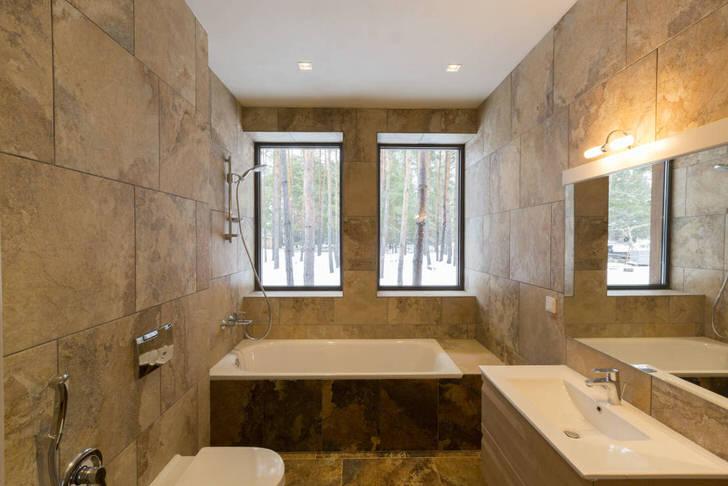Необычным решением для оформления ванной в стиле минимализм становится использование для отделки керамической плитки, имитирующей текстуру натурального камня.