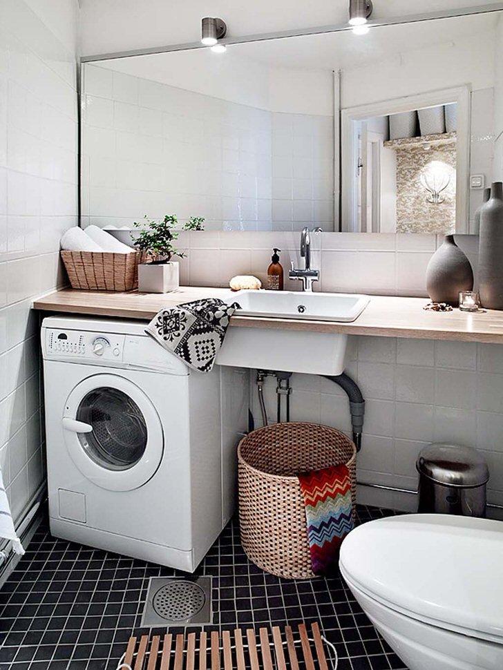 Функциональный вариант дизайна оформления небольшой ванной комнаты. Стиральная машина спрятана под полку, что позволяет сэкономить полезное пространство.