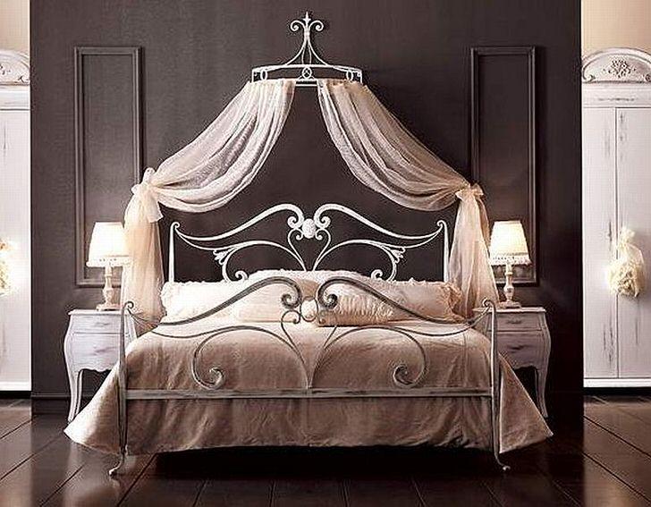 Спальня с кованной кроватью дизайн фото