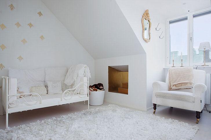 Декорировать детскую комнату в скандинавском стиле можно с помощью ковров с высоким ворсом. Такое оформление практично, поскольку ребенок много времени проводит на полу.