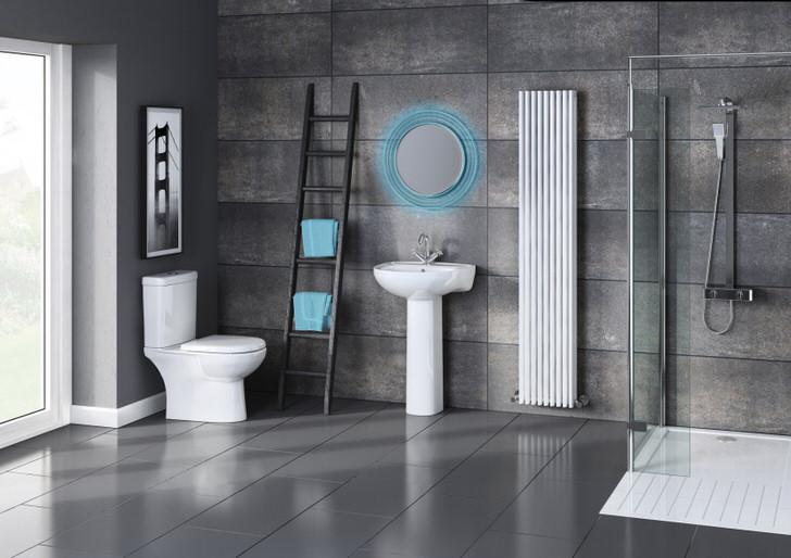 Ванная комната оформлена в стиле минимализм с отголосками лофта. С целью экономии пространства в ванной установлен душ за стеклянной перегородкой.