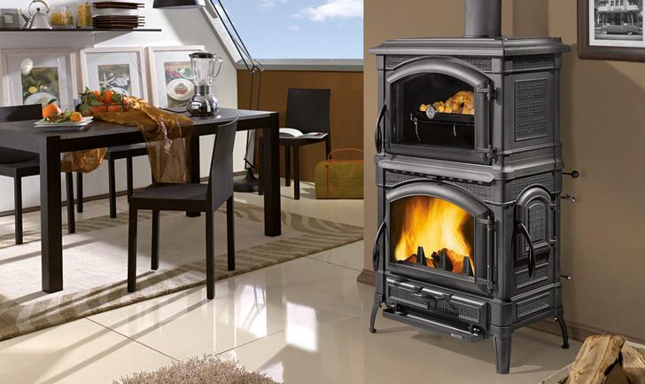 Стильная печь-камин длительного горения из метала органично вписывается в интерьер современной кухни.