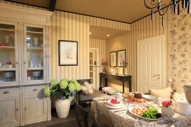 Кухня в английском стиле интерьер корой прост, легок и непритязателен, подходит для семейных чаепитий и уютных гостевых приемов.
