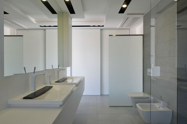 Белоснежная ванная комната в квартире одной из новостроек Нью-Йорка.