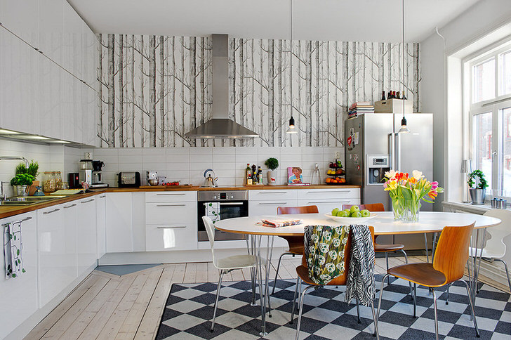 Просторная, светлая кухня в загородном доме. Интерьер оформлен в средиземноморском стиле.