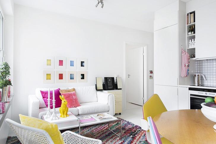 Белоснежная мебель создает в комнате ровную, спокойную обстановку, которую можно разбавить яркими акцентами. Например, органично будут смотреться подушки с разноцветными наволочками, картины, статуэтки.