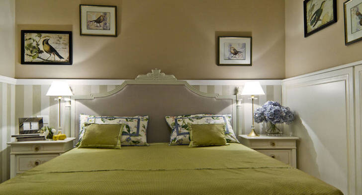 Удачный пример организации интерьера малогабаритной спальни в средиземноморском стиле.