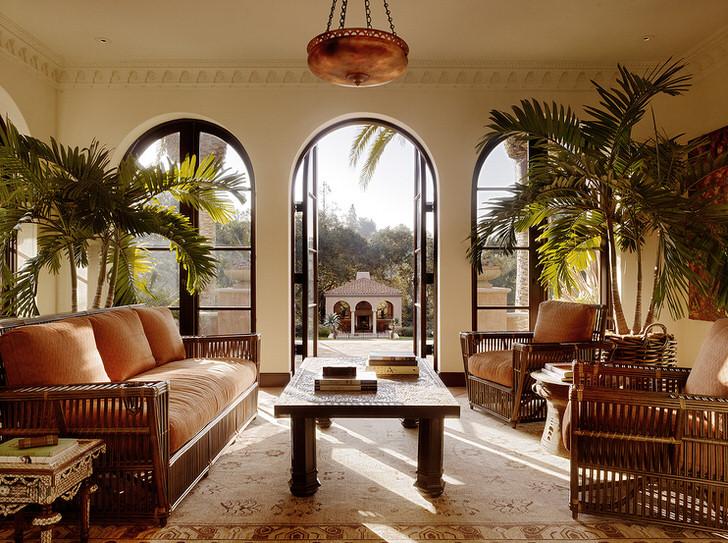 Свежая зелень в гостиной в средиземноморском стиле позволит отвлечься от суеты большого города.