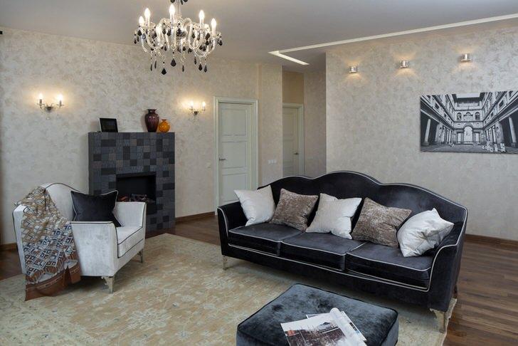 Серо-белый интерьер гостиной в стиле неоклассика примечателен своей простотой.