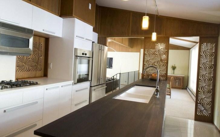 Просторная кухня цвета венге в загородном доме недалеко от Лондона.