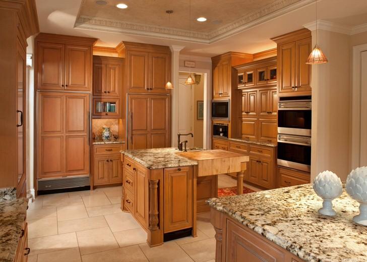 Кухонный гарнитур из дерева создан по заказу известного творческого деятеля Франции для кухни в средиземноморском стиле.