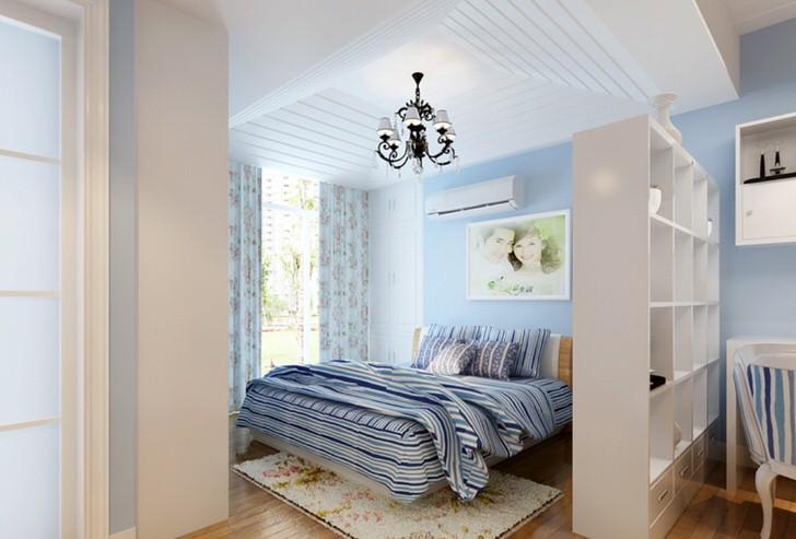 Спальня в средиземноморском стиле отделена от гостиной с помощью декоративной стены с множеством функциональных, практичных полок.