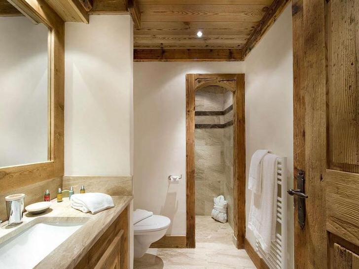 Благородная отделка ванной комнаты из дорогих пород натурального дерева делает интерьер романтичным и изящным.