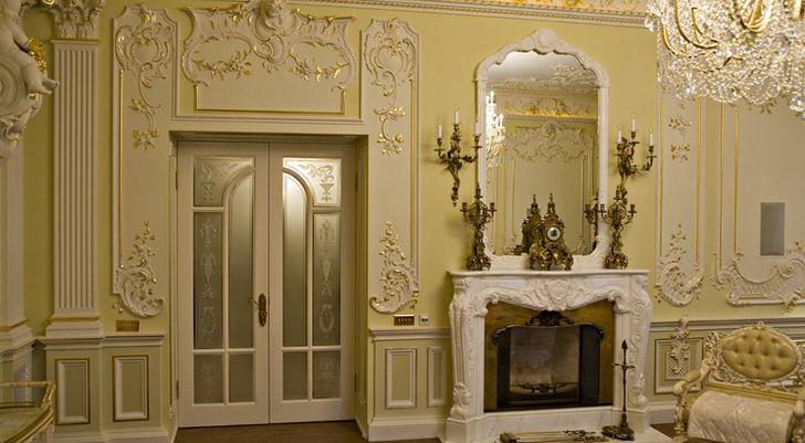 Наиболее бюджетным, но не менее привлекательным декором для камина считается лепнина из полиуретана.